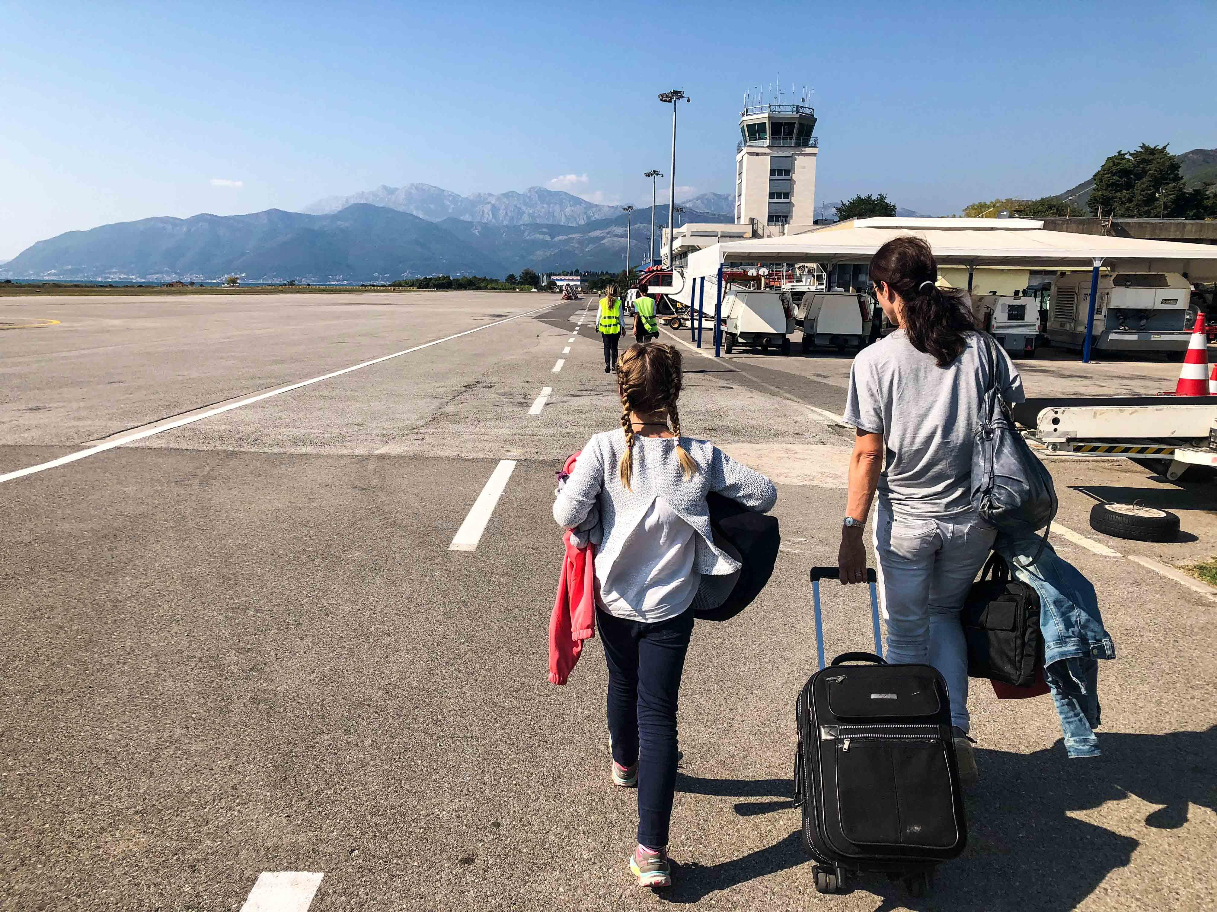 Mit Sack und Pack zum Terminal in Tivat.